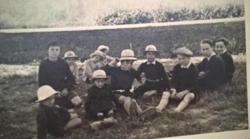 en-1938-a-lecole-du-roset-a-lombre-des-platanes-dans-la-cour-des-garcons